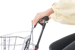 自転車を運転する若い女性の写真素材 [FYI04716129]