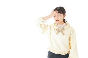 頭痛に苦しむ若い女性の写真素材 [FYI04716130]