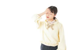 頭痛に苦しむ若い女性の写真素材 [FYI04716131]
