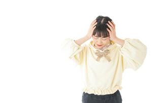頭痛に苦しむ若い女性の写真素材 [FYI04716132]