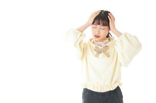 頭痛に苦しむ若い女性の写真素材 [FYI04716133]