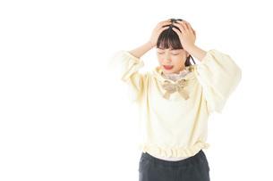 頭痛に苦しむ若い女性の写真素材 [FYI04716134]