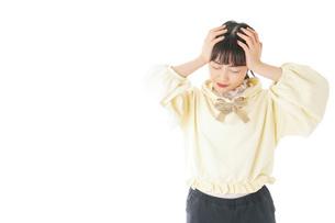 頭痛に苦しむ若い女性の写真素材 [FYI04716135]
