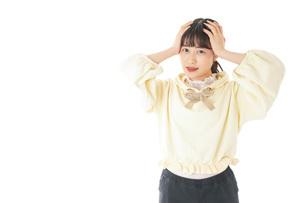 頭痛に苦しむ若い女性の写真素材 [FYI04716136]