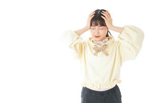 頭痛に苦しむ若い女性の写真素材 [FYI04716137]