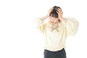頭痛に苦しむ若い女性の写真素材 [FYI04716138]