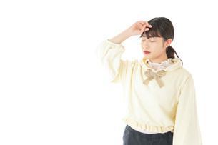頭痛に苦しむ若い女性の写真素材 [FYI04716143]