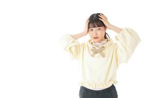 頭痛に苦しむ若い女性の写真素材 [FYI04716144]
