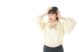 頭痛に苦しむ若い女性の写真素材 [FYI04716145]