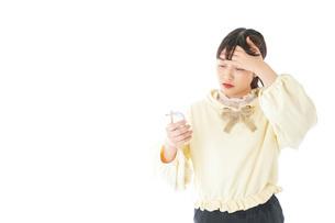 熱に苦しむ若い女性の写真素材 [FYI04716147]