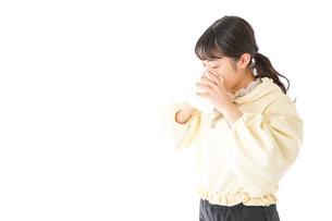 花粉症・アレルギーで苦しむ若い女性の写真素材 [FYI04716160]