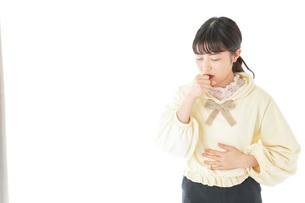 喉の痛みに苦しむ若い女性の写真素材 [FYI04716161]