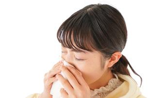 花粉症・アレルギーで苦しむ若い女性の写真素材 [FYI04716162]