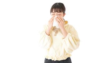 花粉症・アレルギーで苦しむ若い女性の写真素材 [FYI04716163]