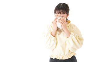 花粉症・アレルギーで苦しむ若い女性の写真素材 [FYI04716164]