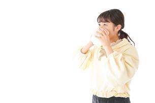 花粉症・アレルギーで苦しむ若い女性の写真素材 [FYI04716166]