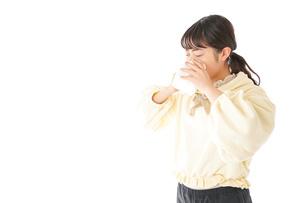 花粉症・アレルギーで苦しむ若い女性の写真素材 [FYI04716167]