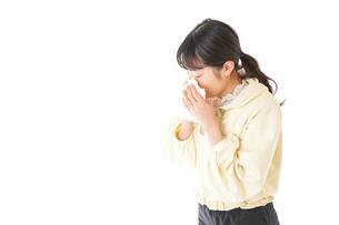 花粉症・アレルギーで苦しむ若い女性の写真素材 [FYI04716169]