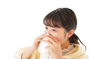 花粉症・アレルギーで苦しむ若い女性の写真素材 [FYI04716171]