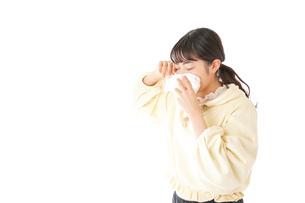 花粉症・アレルギーで苦しむ若い女性の写真素材 [FYI04716172]