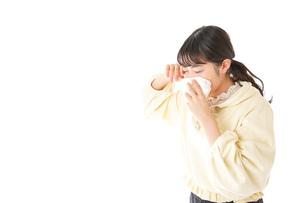 花粉症・アレルギーで苦しむ若い女性の写真素材 [FYI04716173]