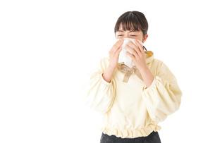 花粉症・アレルギーで苦しむ若い女性の写真素材 [FYI04716174]