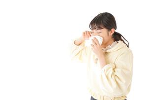 花粉症・アレルギーで苦しむ若い女性の写真素材 [FYI04716175]