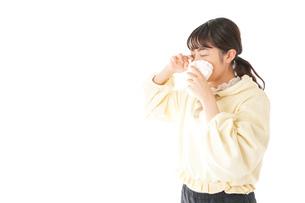 花粉症・アレルギーで苦しむ若い女性の写真素材 [FYI04716176]
