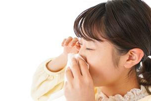 花粉症・アレルギーで苦しむ若い女性の写真素材 [FYI04716177]