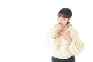 喉の痛みに苦しむ若い女性の写真素材 [FYI04716178]