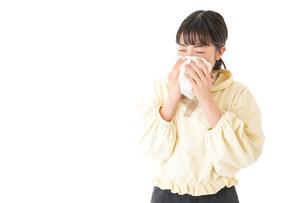 花粉症・アレルギーで苦しむ若い女性の写真素材 [FYI04716179]
