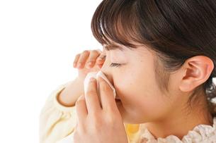 花粉症・アレルギーで苦しむ若い女性の写真素材 [FYI04716180]