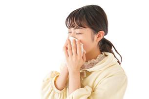 花粉症・アレルギーで苦しむ若い女性の写真素材 [FYI04716181]