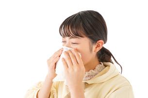花粉症・アレルギーで苦しむ若い女性の写真素材 [FYI04716182]