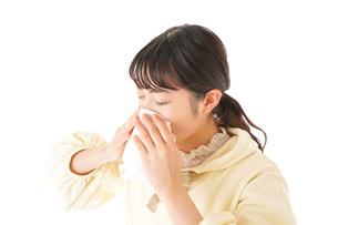 花粉症・アレルギーで苦しむ若い女性の写真素材 [FYI04716183]