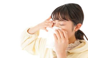 花粉症・アレルギーで苦しむ若い女性の写真素材 [FYI04716186]