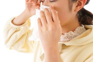 花粉症・アレルギーで苦しむ若い女性の写真素材 [FYI04716187]