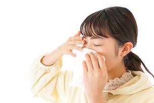 花粉症・アレルギーで苦しむ若い女性の写真素材 [FYI04716188]