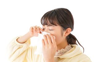 花粉症・アレルギーで苦しむ若い女性の写真素材 [FYI04716189]
