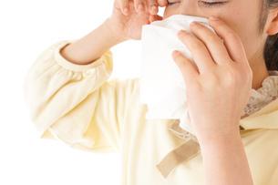 花粉症・アレルギーで苦しむ若い女性の写真素材 [FYI04716190]