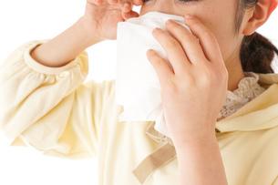 花粉症・アレルギーで苦しむ若い女性の写真素材 [FYI04716191]