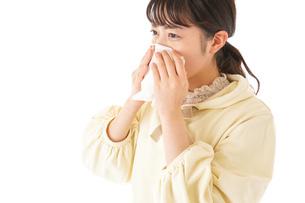 花粉症・アレルギーで苦しむ若い女性の写真素材 [FYI04716193]