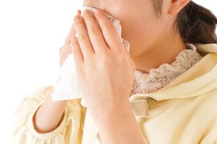 花粉症・アレルギーで苦しむ若い女性の写真素材 [FYI04716194]