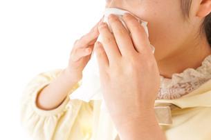 花粉症・アレルギーで苦しむ若い女性の写真素材 [FYI04716195]