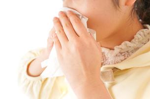 花粉症・アレルギーで苦しむ若い女性の写真素材 [FYI04716196]