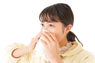 花粉症・アレルギーで苦しむ若い女性の写真素材 [FYI04716197]