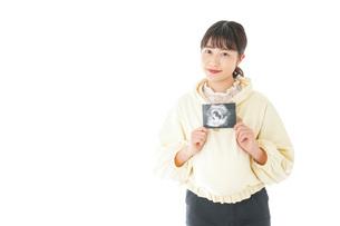 エコー画像を持つ若い妊婦の女性の写真素材 [FYI04716216]