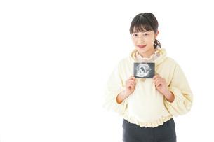 エコー画像を持つ若い妊婦の女性の写真素材 [FYI04716218]