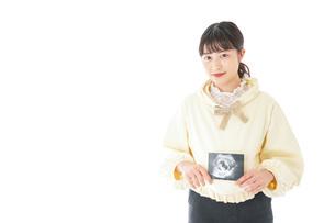 エコー画像を持つ若い妊婦の女性の写真素材 [FYI04716226]