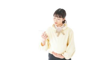 検温をする若い妊婦の女性の写真素材 [FYI04716242]